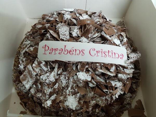 Bolo de chocolate com chantilly e raspas de chocolate - vista de frente