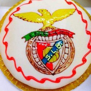Bolo símbolo do Benfica em creme