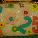 Bolo de 25 anos coberto com flores