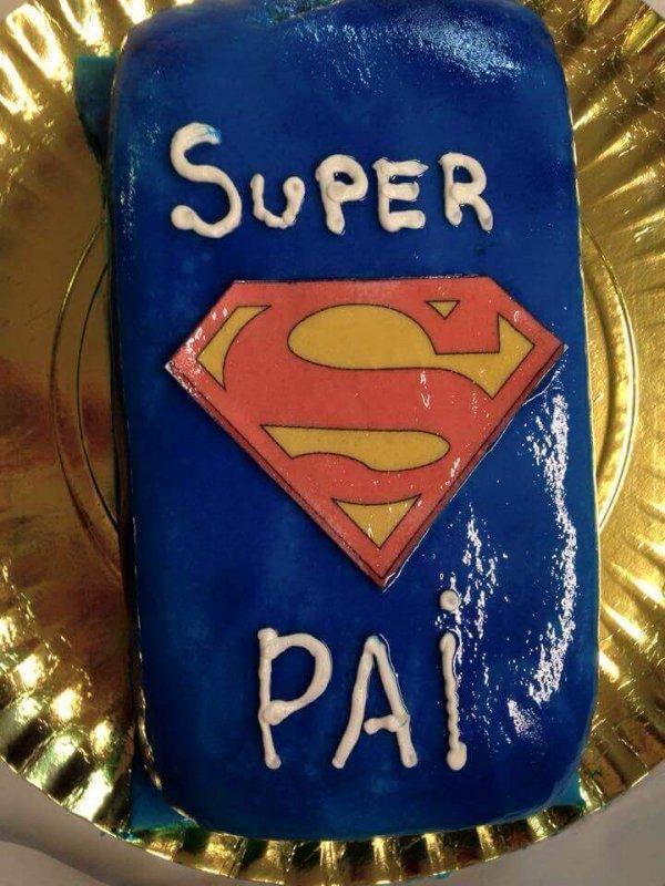 Bolo com símbolo do Super Homem