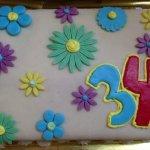Bolo coberto com flores - 34 anos