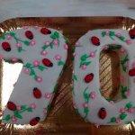 Bolo de 70 anos coberto com joaninhas e flores