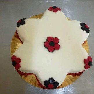 Bolo em forma de estrela e decorado com flores