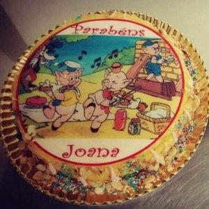 Bolo decorado com tema dos três porquinhos