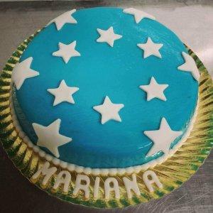 Bolo de aniversário decorado com estrelas