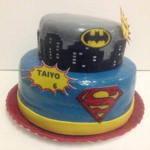 Bolo de dois andares do Batman e Super Homem