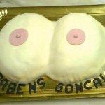 Bolo com peito de mulher