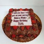 Bolo quadrado chocolate coberto com morangos e dedicatória - vista de frente