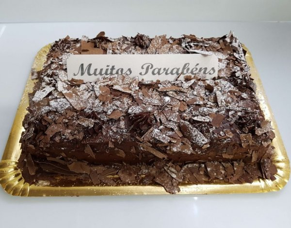 Bolo de chocolate rectangular - vista de frente