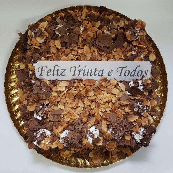 Bolo coberto com raspas de chocolate e amêndoa - vista de cima