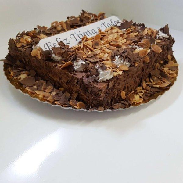 Bolo coberto com raspas de chocolate e amêndoa - vista em perspetiva