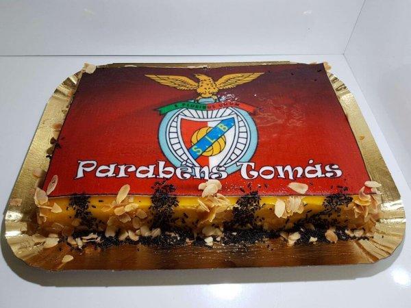 Bolo Com Símbolo De Benfica Vista De Frente
