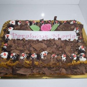 Bolo De Chocolate Com Raspas E Rosa Vista De Frente