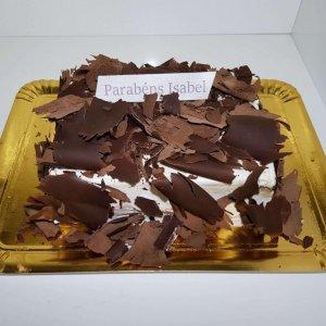 Bolo Coberto Com Raspas De Chocolate Vista De Frente