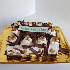 Bolo Com Chantilly, Nozes E Raspas De Chocolate Vista De Frente