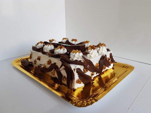Bolo Com Chantilly, Nozes E Raspas De Chocolate Vista Lateral