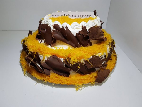 Bolo Com Dois Andares Com Fios De Ovos E Raspas De Chocolate Lateral