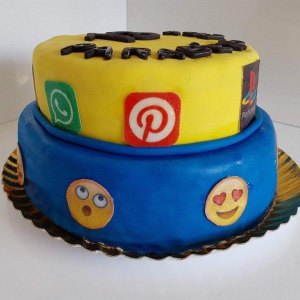 Bolo Com Símbolo Playstation, Redes Sociais E Emojis Em Perspetiva