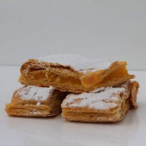 Mini Delícias Com Creme De Ovo Vista Lateral Min