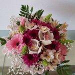 Arranjo Em Papel Crepe Com Orquídea, Astromélias, Margaridas, Gerberas E Beijinhos De Mãe