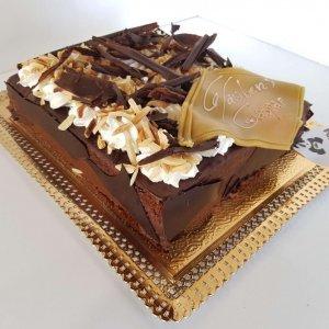 Bolo Com Amêndoa Laminada E Pedaços De Chocolate