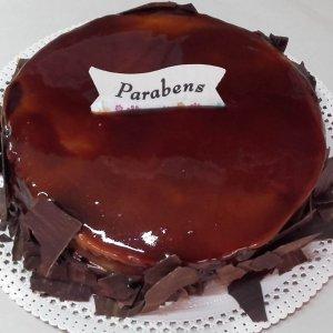 Bolo Com Cobertura De Caramelo E Lascas De Chocolate
