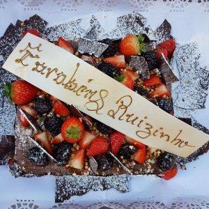 Bolo Com Lascas De Chocolate E Frutos Vermelhos