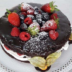 Bolo De Chocolate Com Recheio De Chantili E Cobertura Com Frutos Vermelhos
