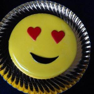 Bolo Emoji Apaixonado Com Corações Nos Olhos