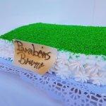 Bolo Retangular Com Granulado Verde E Flores Em Chantili
