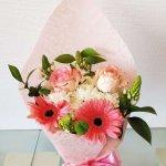 Bouquet Com Margaridas, Rosas, Gerberas E Beijinhos De Mãe Embrulhado Em Papel Crepe