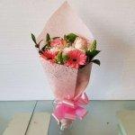 Bouquet Em Papel Crepe Com Margaridas, Rosas, Gerberas E Beijinhos De Mãe