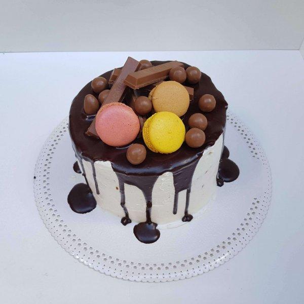 Drip Cake Com Kitkat E Maltesers Macarons