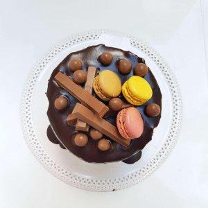 Drip Cake Com Kitkat, Maltesers E Macarons