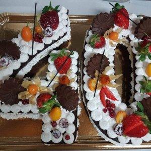 Bolo De 40 Anos Com Chocolates, Morangos E Frutas