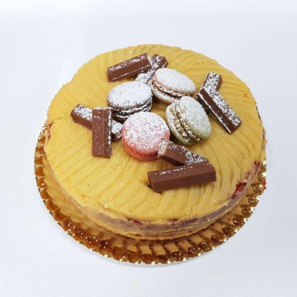Bolo Redondo Com Macarons E Kit Kat