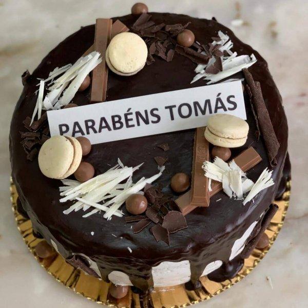 Drip Cake De Chocolate Com Macarons E Kit Kat