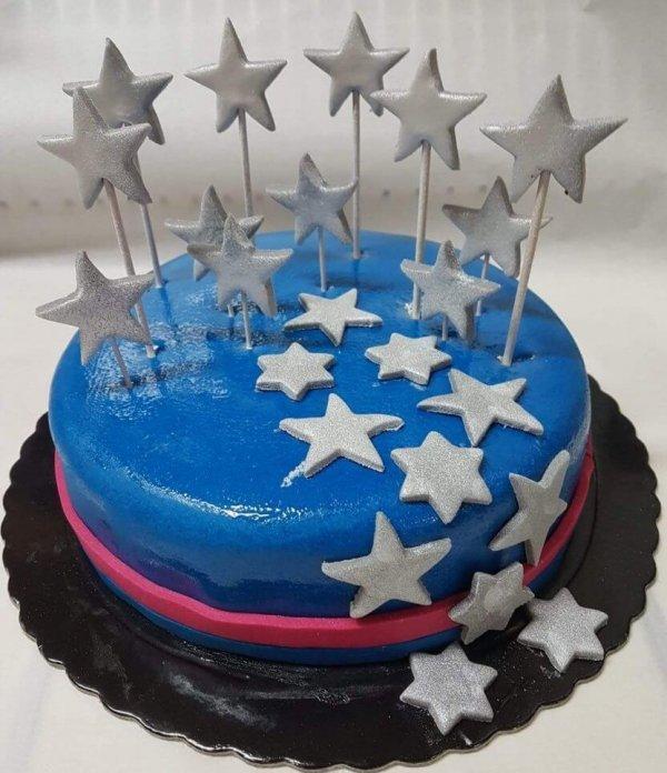 Bolo Rendondo Azul Com Estrelas Prateadas