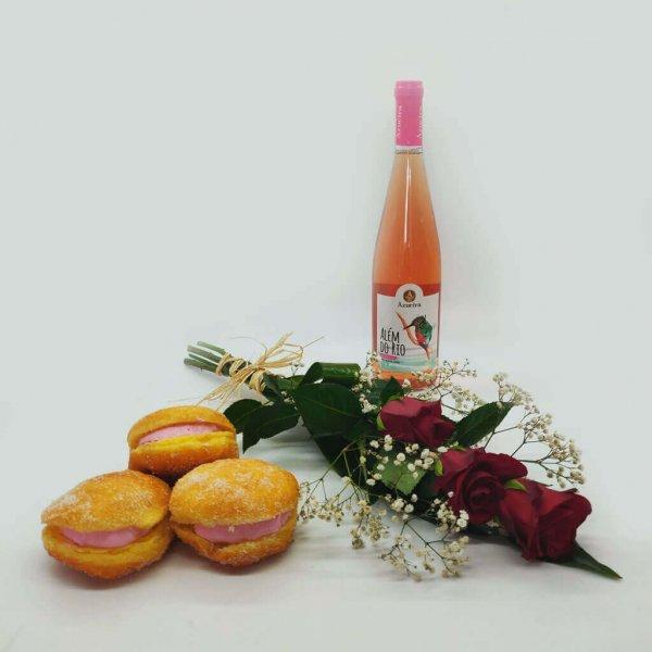 pack composto por ramo de rosas, bolas de berlim e bebida