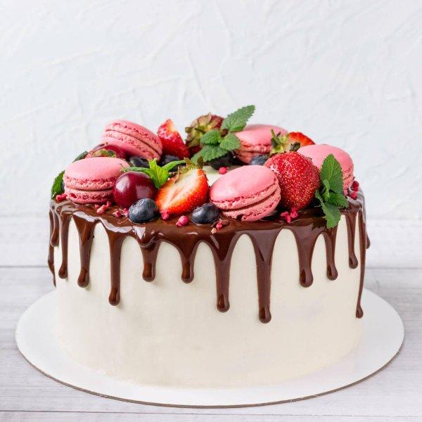 Drip Cake Com Macarons E Frutos Vermelhos