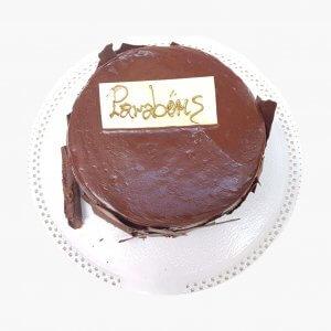 Bolo Redondo De Chocolate Com Lascas De Chocolate E Dedicatória