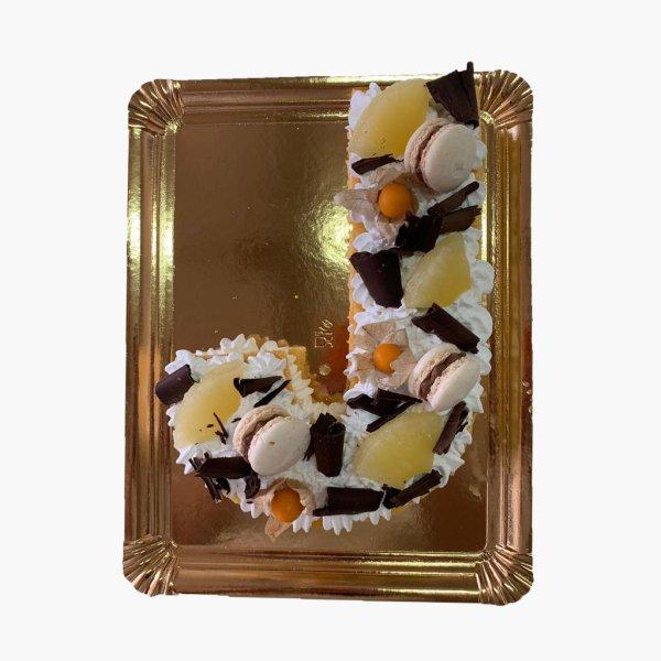 Bolo Em Forma De Letra J Com Ananas E Macarons