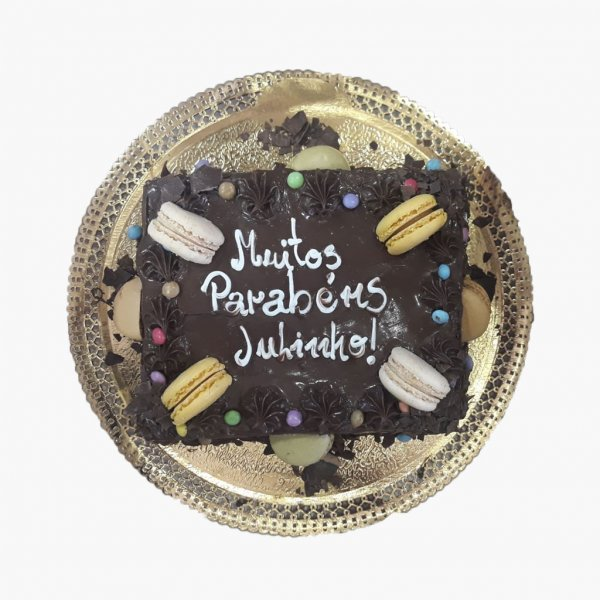 Bolo Chocolate Com Macarons Sortidos