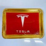 Bolo Com Logo Da Tesla Em Fundo Vermelho