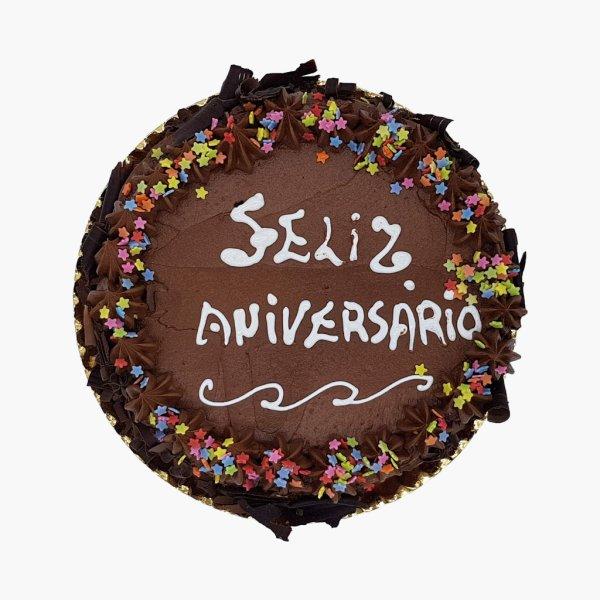 Bolo Redondo Com Lascas Chocolate E Estrelas.