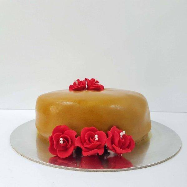 Bolo Marron Com Rosas Vermelhas